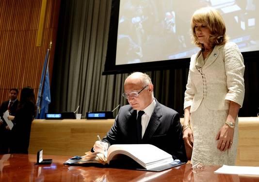 Le ministre des Affaires étrangères argentin, Hector Timerman, a été le premier à signer le texte sous les applaudissements