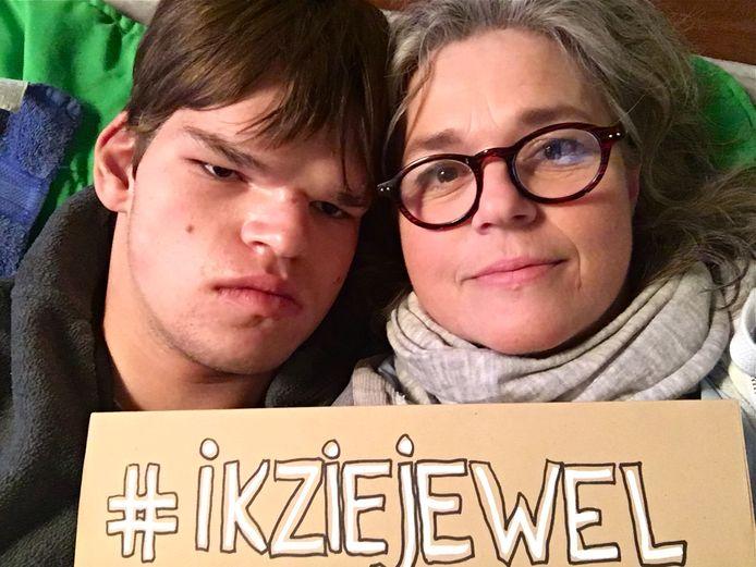 Bram (18) lijdt aan een ernstige verstandelijke en meervoudige beperking. Zijn moeder, Sarike de Zoeten uit Gorssel, voert actie met een speciaal pamflet en de stichting 2CU.