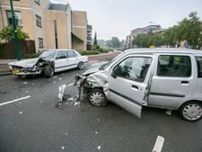 Auto komt op verkeerde weghelft, vrouw gewond