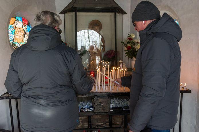 Iedereen die van 14 tot 21 februari in de Valentinuskapel aan de Loverensedijk een kaars aansteekt, mag een ansichtkaart meenemen.