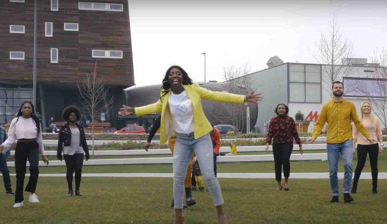 Beeld uit de video van docent Urcy Miranda (midden). Beeld youtube