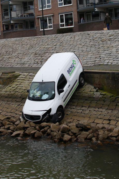 Bezorgauto ontsnapt dankzij keien aan frisse duik