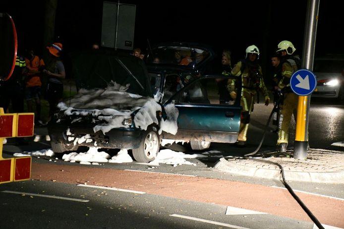 De gebluste auto nadat de brandweer een grotere brand heeft voorkomen in Vroomshoop.
