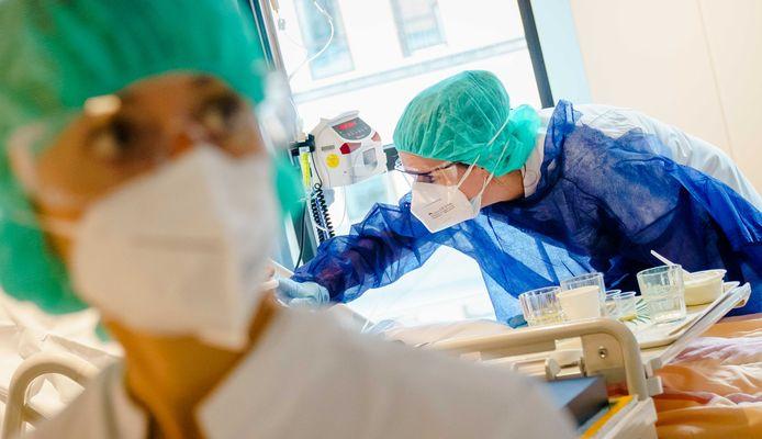 Medewerkers geven zorg aan een coronapatiënt op de speciale cohortafdeling in het Amphia Ziekenhuis.