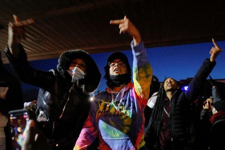 Aanwezigen dansen op George Floyd Square na het uitspreken van het vonnis. Beeld Reuters