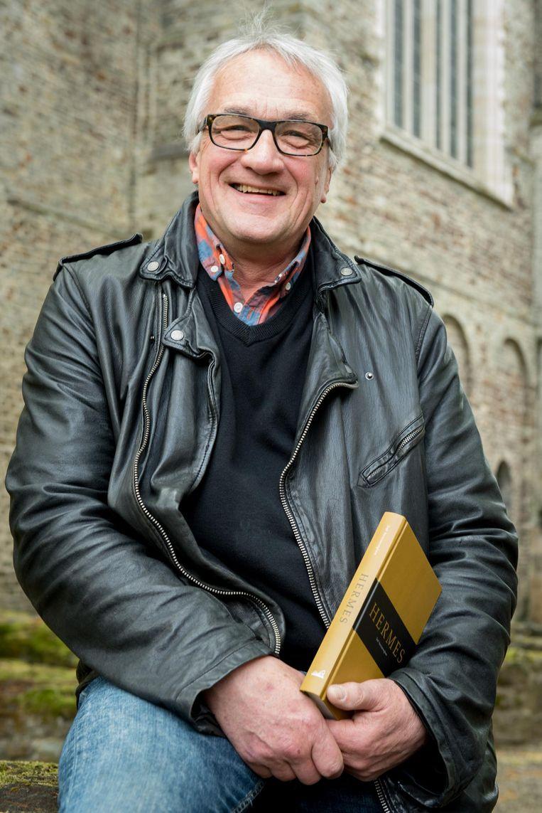 Auteur Stef Vancaeneghem met zijn boek 'Hermes'.