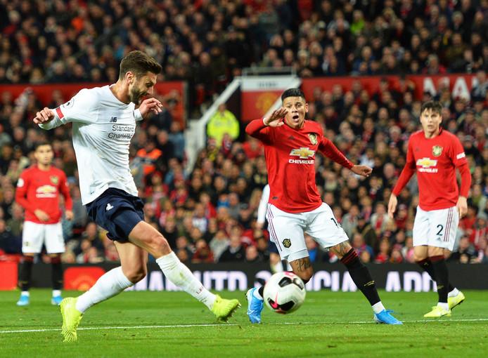 Adam Lallana maakt de 1-1 tegen Manchester United.