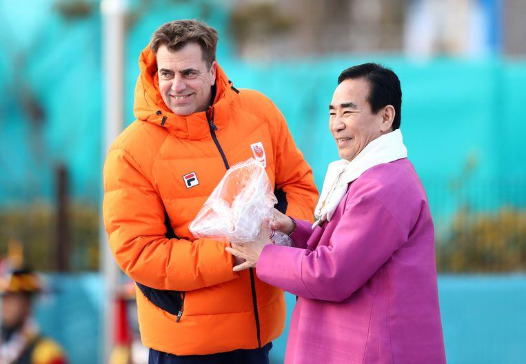 Chef de mission Bijl nam in Zuid-Korea het welkomstgeschenk bij de Winterspelen in ontvangst. Beeld Getty Images