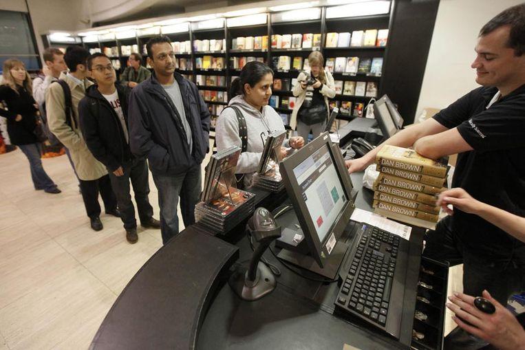Mensen staan in de rij om het nieuwste boek van Dan Brown, auteur van oa de Da Vinci Code, te kopen. The Lost Symbol was al een bestseller voor het in de winkel lag, ook in het buitenland. (AFP) Beeld null