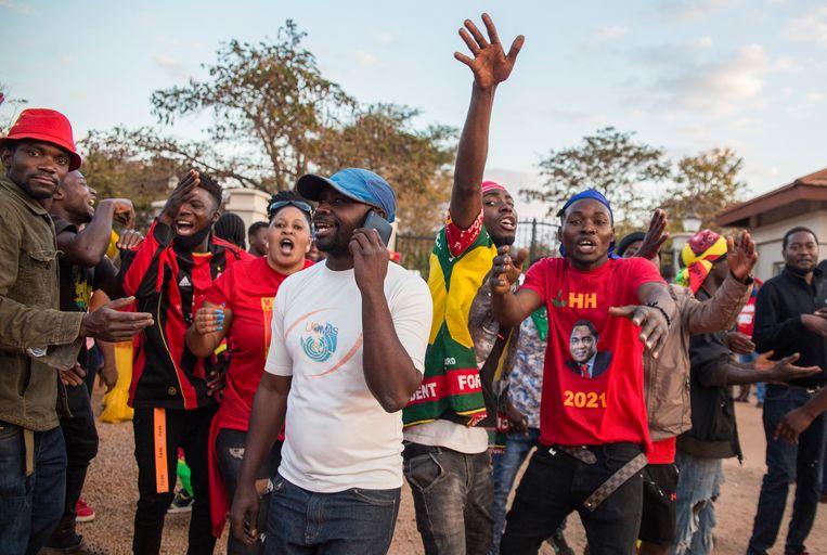 Aanhangers van Hakainde Hichilema zijn blij als bekend wordt dat hun favoriet de verkiezingen heeft gewonnen.  Beeld EPA