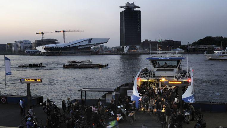 De boten moeten afvaren achter het Centraal Station, naast de ponten van het GVB. Beeld ANP