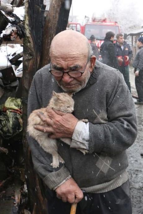 Ali (83) is alles kwijt, behalve zijn kitten
