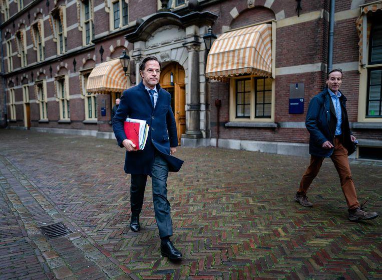 Demissionair minister-president Mark Rutte is dinsdagmiddag onderweg naar de Tweede Kamer om daar een verklaring af te leggen over het aftreden van het kabinet. Beeld ANP