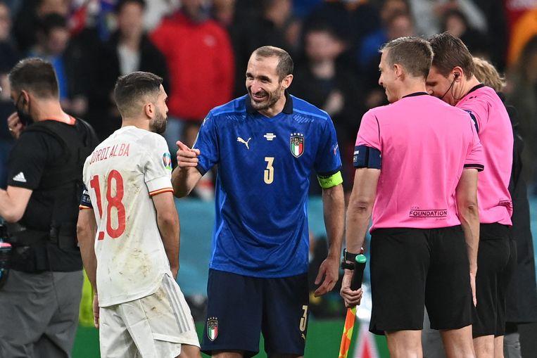 Giorgio Chiellini (l) dolt met Jordi Alba tijdens de toss voorafgaand aan de penaltyserie. Beeld AFP