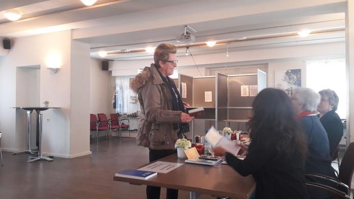 Vroege stemmer op het bureau in het raadhuis aan De Lind.
