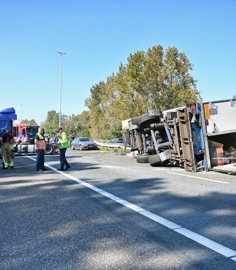 A58 richting Eindhoven tot 23.00 uur dicht geweest door gekantelde vrachtwagen
