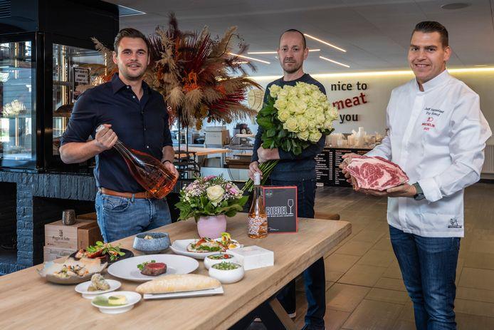 Maarten Clement (links) , Steven Lyppens (midden) en Jeff Hanselaer (rechts) slaan de handen in elkaar voor een mooie box voor moederdag.