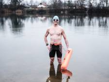 IJs-en-ijskoud water? Zwemmer Albert duikt er dan juist in: 'Je moet niet aan de kou denken'