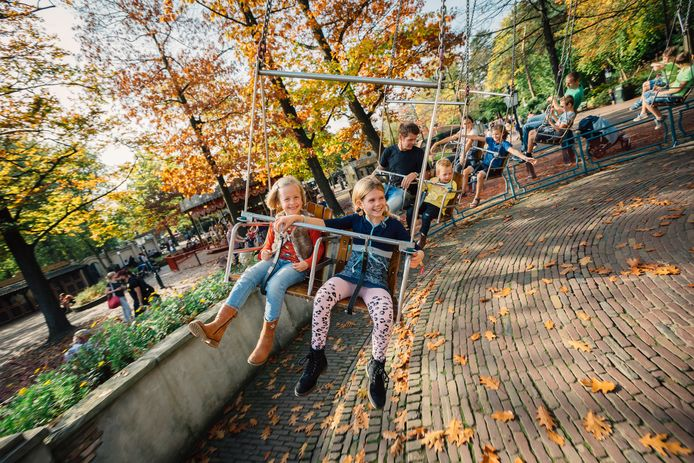 De 100 jaar oude zweefmolen op het Anton Pieckplein wordt deze dagen ontmanteld.