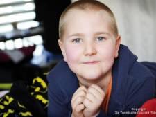 Jan de Hoop schenkt 16.000 euro spelgeld aan zieke Rico-Jay (8) uit Haaksbergen