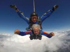"""À 92 ans, Josée saute en parachute avec ses quatre petits-fils: """"J'adorerais recommencer"""""""