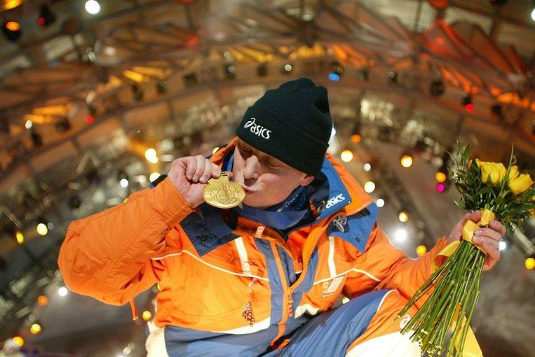 Jochem Uytdehaage toont zaterdag trots zijn gouden medaille in Sal Lake City Beeld ANP