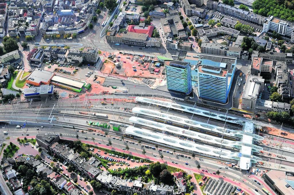 Station Arnhem, gezien vanuit het noorden. Het busstation gaat schuil achter de twee kantoortorens. Foto Hans Broekhuizen/DG