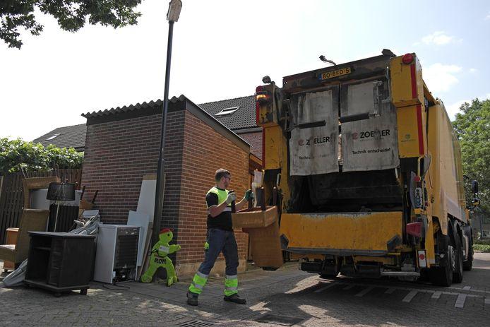 Medewerkers van Waardlanden hebben de handen vol aan het ruimen van grofvuil.