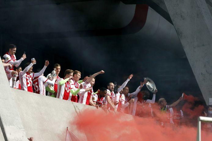 De spelers vierden feest met de fans bij het parkeerdek.