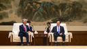 Commissaris van de Koning in Gelderland John Berends krijgt een presidentiële ontvangst van zijn collega Wang Xiaodong, gouverneur van de provincie Hubei.