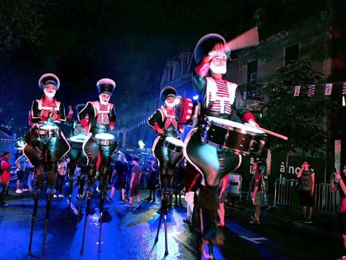 Close Act heeft speciaal voor Deventer op Stelten een parade samengesteld.