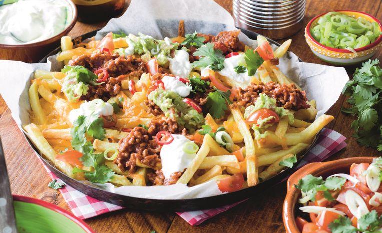 Frachos (nacho-frietjes) met guacamole. Beeld