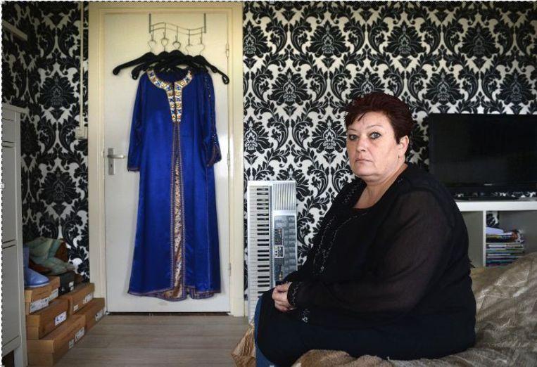 Monique in de slaapkamer van haar dochter Aicha. Beeld Marcel van den Bergh / de Volkskrant