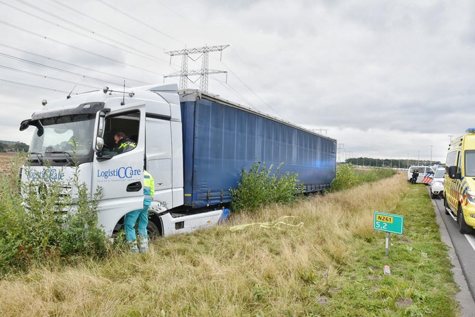 Vrachtwagen rijdt de sloot in op Burgemeester Bechtweg Tilburg.
