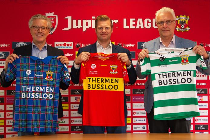 Algemeen directeur Hans de Vroome (Go Ahead Eagles) met Fabian Dolman en Hans Dolman van hoofdsponsor Thermen Bussloo met de drie nieuwe shirts voor komend seizoen