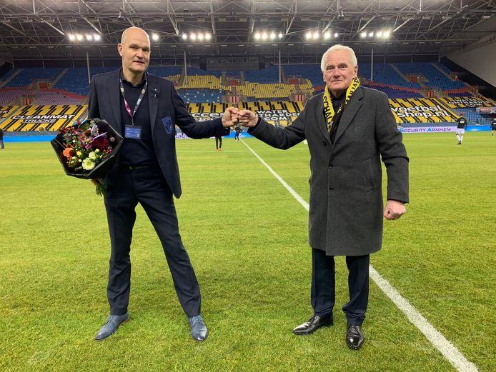 Zilveren Vitessenaar Leo van der Vliet krijgt de felicitaties van Jan Snellenburg.
