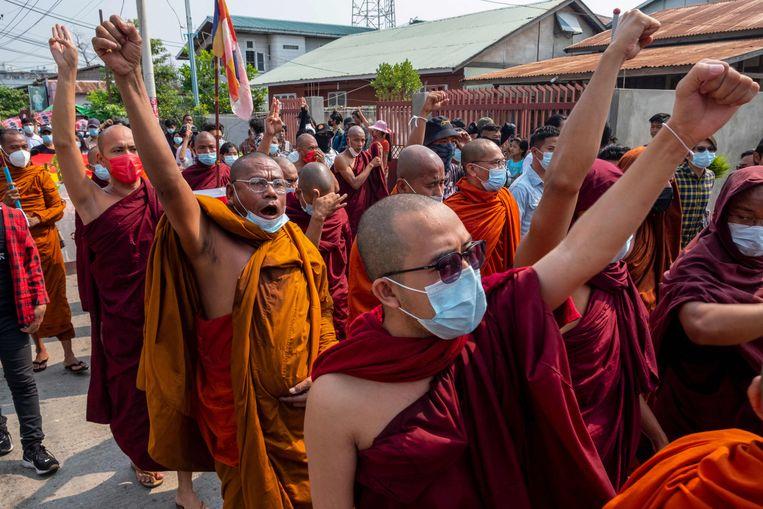 Boeddhistische monniken protesteren tegen de militaire staatsgreep in de stad Mandalay.  Beeld AFP