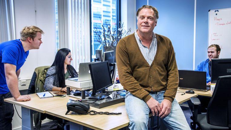 Bestuursvoorzitter Jeroen Hüpscher van TransIP. Links marketingmanager Bernd Hoeksma. Beeld Raymond Rutting / de Volkskrant