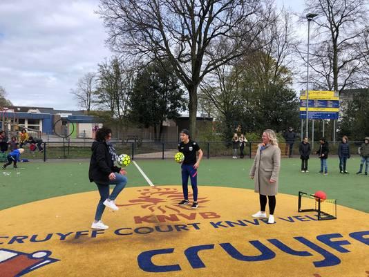 Janneke van Summeren (links) en wethouder Ingrid Verkuijlen lieten zich ook verleiden tot een paar trucjes met de bal.