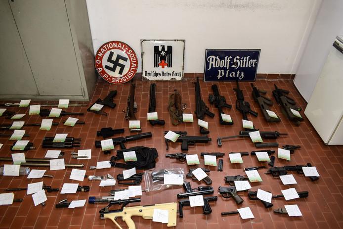 Het wapenarsenaal en de Nazi-symbolen die de Italiaanse politie in juli dit jaar aantrof tijdens een onderzoek naar Italiaanse neo-Nazi's die in Oekraïne hadden gevochten