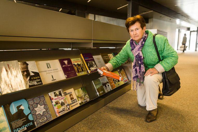 Voor Leona Vandevelde (80) is het moeilijk om bij de laagste rij boeken te raken.