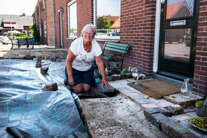 Ria Hoogerwerf (71) is druk met de herinrichting van haar voortuin nu de ophoging van het dorp Kanis klaar is.