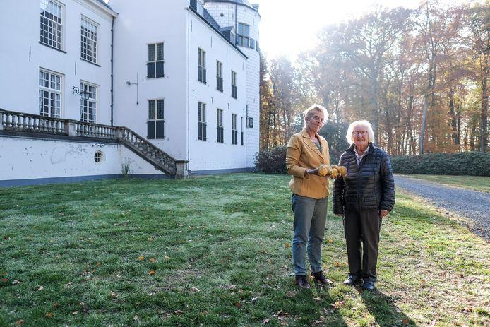 Jonkvrouw Olga van Schuylenburch en schrijfster Aggie Daniëls in de tuin van kasteel Wisch in Terborg.