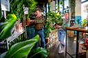 Jan van Essen en zijn dochter Samantha verkopen sinds kort ook planten in hun tapasrestaurant Guay in Rotterdam