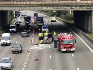 Voertuig verliest lading kiezelstenen op Antwerpse ring: twee rijstroken versperd
