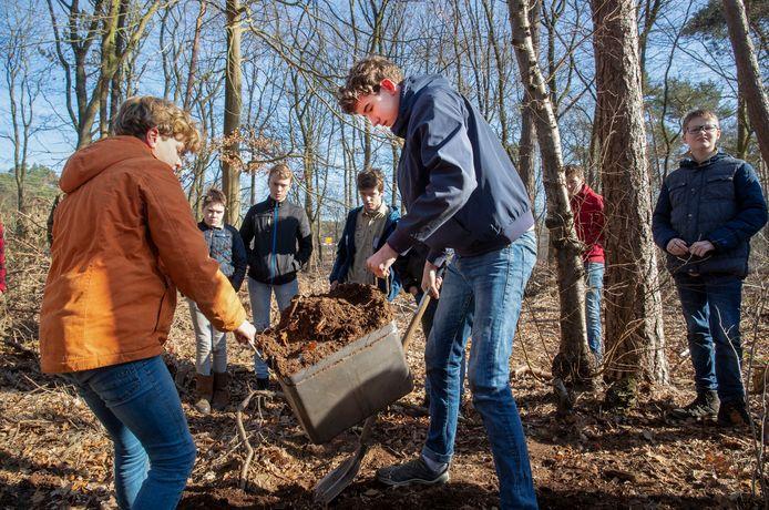 Scouts van scoutinggroep Pieter Mauritz graven de tijdcapsule waarvan de afgelopen 25 jaar niemand de inhoud heeft gezien.