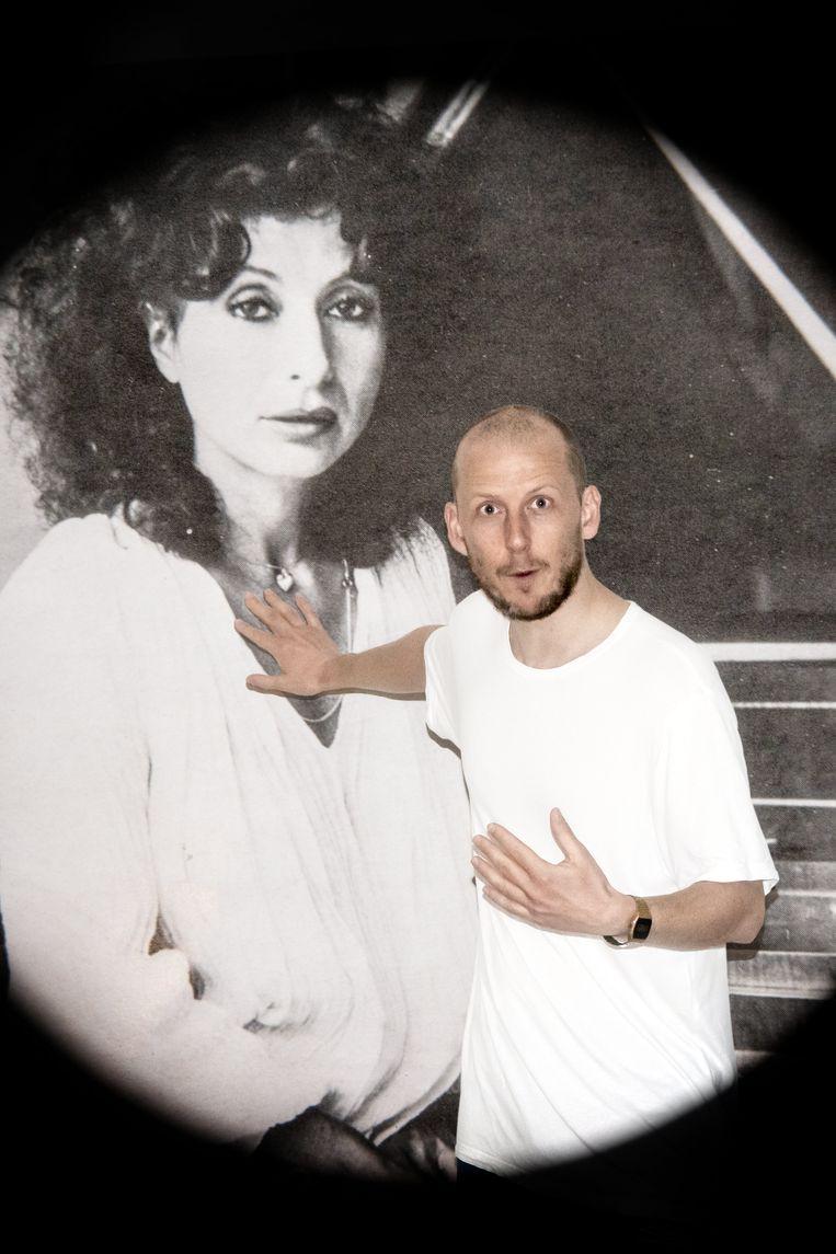 Jan Martens bij een portret van Elisabeth Chojnacka. Beeld Luis Xertu