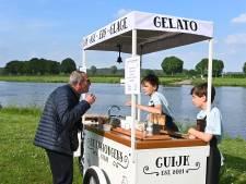 Mats (13) verkoopt ijs in Cuijk, zijn broertje Siem (11) wil dat ook: 'Beter dan krantenwijk of supermarkt'