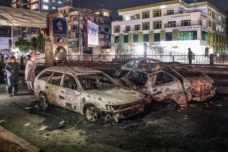 Uitgebrande auto's die achterbleven na een bomaanslag in Kabul op 3 juni. Ten minste vier mensen kwamen om en vijf meer raakten gewond. Beeld EPA