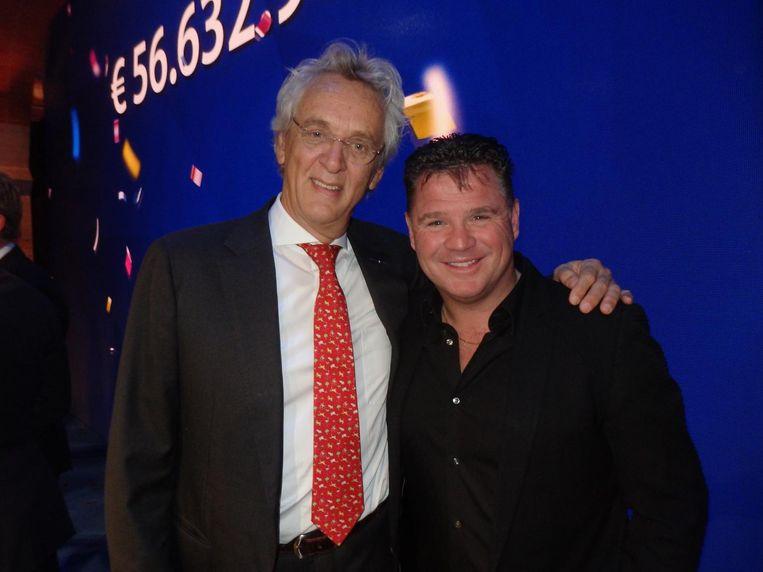 Boudewijn Poelmann, voorzitter van de VriendenLoterij, en zanger-ambassadeur Wolter Kroes Beeld Schuim
